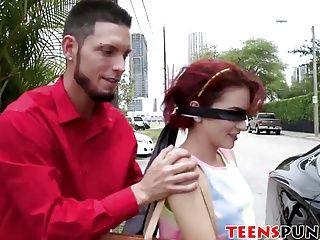 赤毛のティーンエイジャーはケージに閉じ込められて一生懸命詰め込まれます
