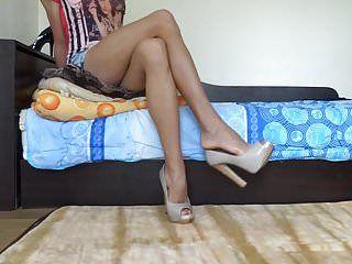 Penzoloni le mie décolleté con tacco alto e mostra le mie gambe lunghe e calde