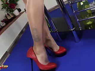 Domme alexya fume une clope avec ses pieds en bas de nylon