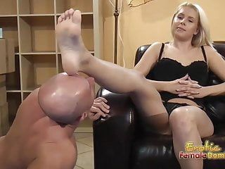 Blondes dit sans se plaindre de prendre la langue et de manger ses pieds